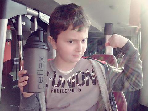 Нео(момчето на снимката) за първи път опита протеин на прах на 6 годишна възраст. В момента предпочита протеиновите барчета пред шоколада! А това е супер!