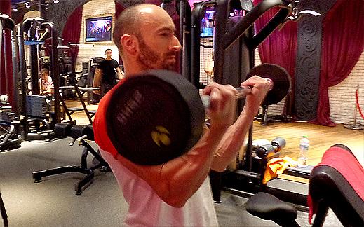 Правилно изпълнение на упражнението сгъване за бицепси от стоеж (видео)