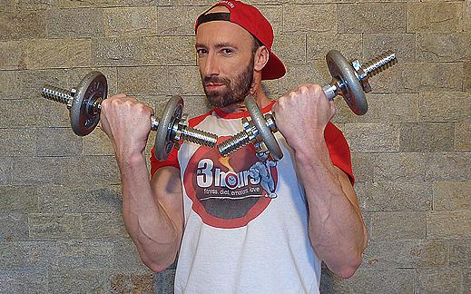 Видео изпълнение на упражнението сгъване за бицепси с дъмбели от стоеж
