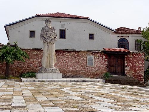 Статуя на Капитан Петко Войвода в село Плевун