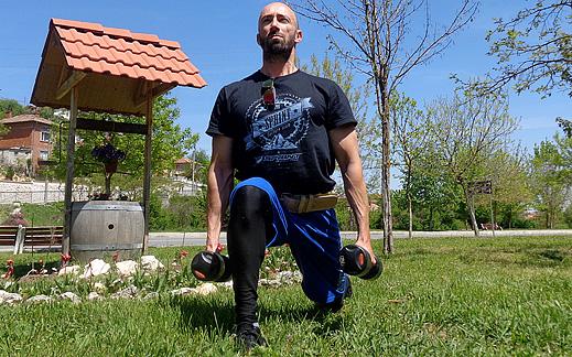 Да стегнем бедрата и дупето с напади – най-яката разходка в Света на фитнеса!
