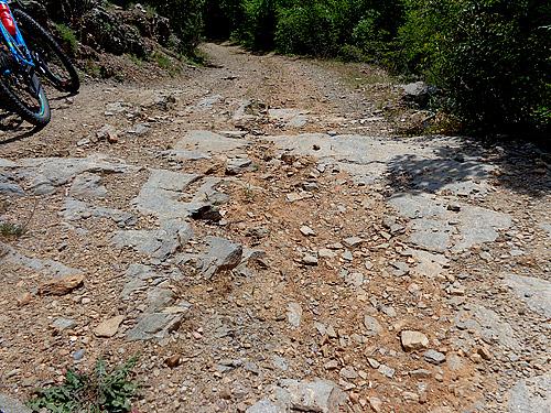 Път до село малиново каменист