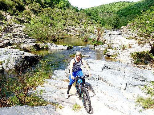 Път до меандрите на бяла река
