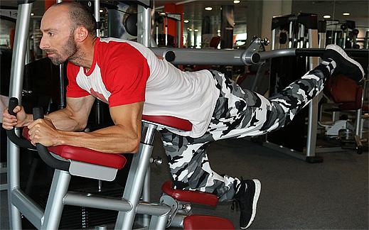 Да стегнем лесно седалищните мускули (дупето) ритайки назад с всеки крак!