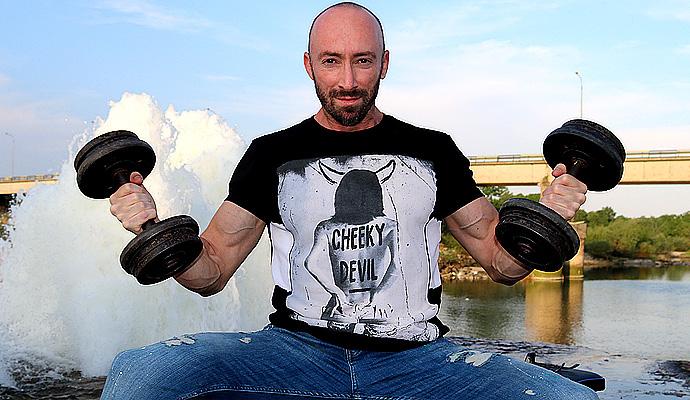 Две упражнения, които ще изпълнят от раз с мускули любимата ви лятна тениска